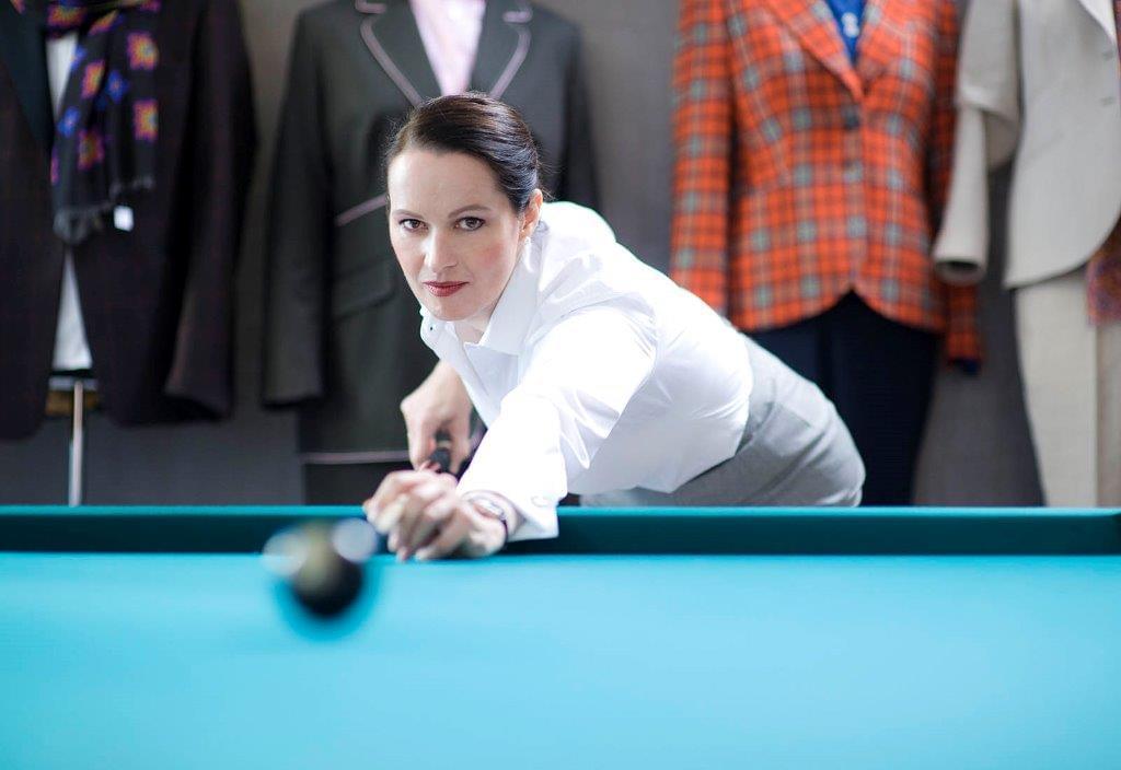 Die Kniggetrainerin und Stilberaterin Patrizia Becker am Billiardtisch. Fotografiert von Tom Pingel.